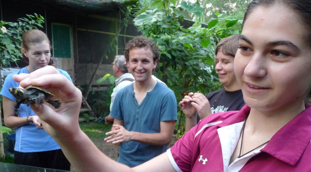 Nuestros voluntarios comparten información de tortugas marinas como parte de su proyecto de conservación en Perú.